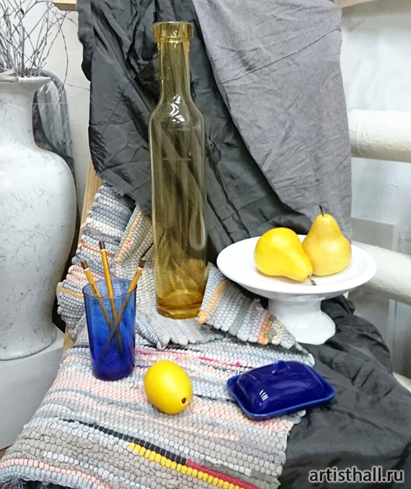 Натюрморт с желтой бутылкой и грушами